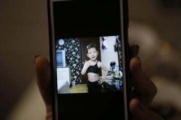 A video clip shows Kim Si-yoon performing when she was four years old at her house in Seoul