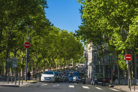 Lyon/vue de rue avec circulation