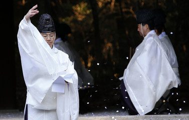 A Shinto priest takes part in a ritual to bid farewell to 2013 and prepare for the arrival of the new year in Tokyo