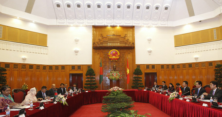 Bangladeshi PM Sheikh Hasina and her Vietnamese counterpart Nguyen Tan Dung talk at the Government Office in Hanoi