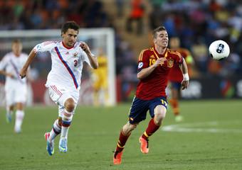 Spain's Muniain is challenged by Russia's Schennikov during their European Under-21 Championship soccer match in Jerusalem