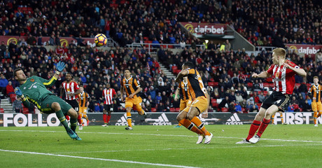 Sunderland's Duncan Watmore has a shot saved by Hull City's David Marshall