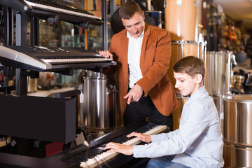 Salesman offers to play a synthesizer