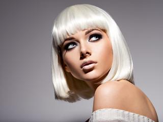 Photo sur Plexiglas Salon de coiffure Beautiful woman with hairstyle bob and fashion black makeup of eye