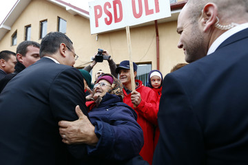 Romania's PM Ponta is welcomed by his supporters in Dobrun