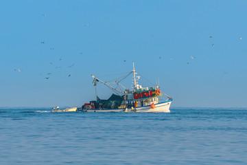 Fischkutter mit Fischfang auf dem Heimweg