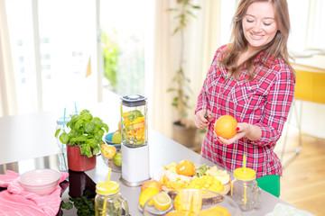 Frau in der küche (smoothie zubereitung)