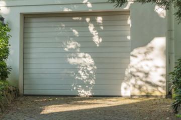 Weißes Garagentor mit weißer Fassade