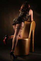 Frau in Nylons zeigt Beine