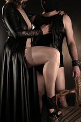 Paar in Latex Kleidung in schwarz