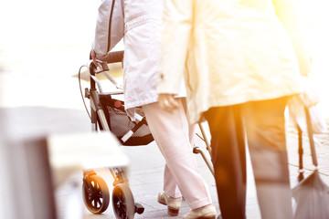 Senioren mit Rollator und Flares