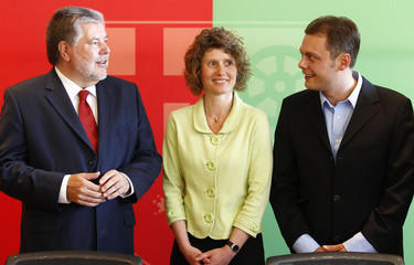 Rhineland-Palatinate State Prime Minister Beck of SPD talks to Green party leaders Lemke and Koebler after signing the coalition contract in Mainz