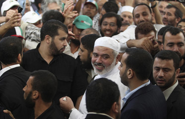 Senior Hamas leader Haniyeh welcomes international peace activists at Shati camp