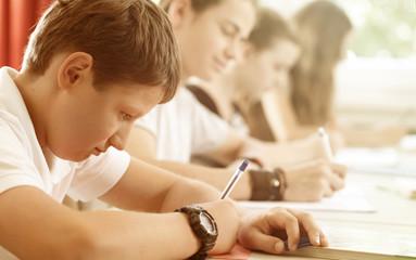 Schüler oder Klasse schreiben in der Klasse oder Schule oder Schulklasse eine Klassenarbeit oder...
