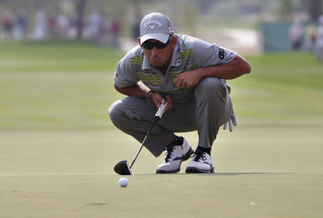 Larrazabal lines up his last putt on the18th green during Abu Dhabi Golf championship