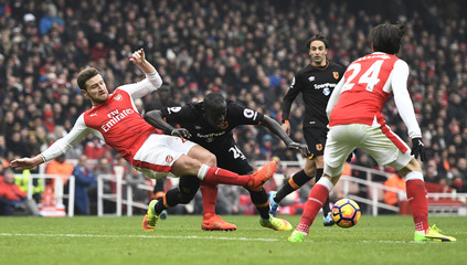 Hull City's Oumar Niasse in action with Arsenal's Shkodran Mustafi