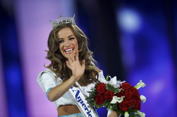 Miss Georgia Cantrell reacts after being crowned Miss America 2016 at Boardwalk Hall in Atlantic City