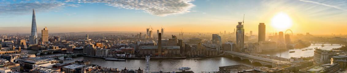 Fotomurales - Sonnenuntergang über der neuen Skyline von London, Großbritannien