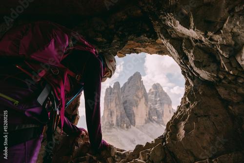 Klettersteig Drei Zinnen : Kletterer schaut aus einer höhle vom paternkofel klettersteig auf