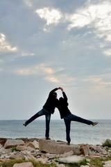 Un jeune couple face à la mer en Bretagne