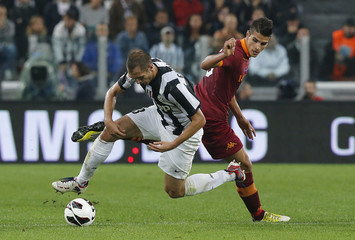 Juventus' Chiellini challenges AS Roma's Lamela during their Italian Serie A soccer match at the Juventus stadium in Turin