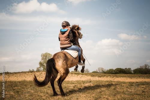 steigendes pferd mit reiter stockfotos und lizenzfreie bilder auf bild 152822453. Black Bedroom Furniture Sets. Home Design Ideas