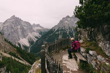 Wanderer genießt die Aussicht auf die Dolomiten mit der Drei-Zinnen-Hütte in der Ferne, Italien