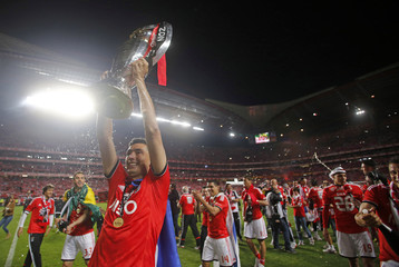 Benfica's Oscar Cardozo holds up the Portuguese Premier League trophy title after beating Olhanense at Luz stadium in Lisbon