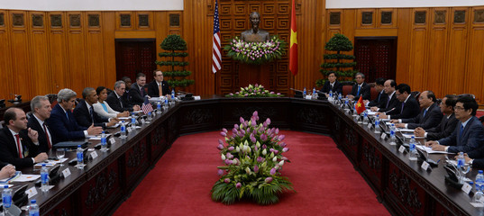 US president Barack Obama and Vietnamese PM Nguyen Xuan Phuc hold official talks at Phuc's Cabinet Office in Hanoi