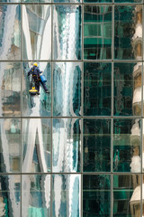 building tour immeuble nettoyer nettoyage vitre verrière corde alpiniste cordage raclette métier gratte ciel spécialiste homme paroie vertical vide vertige