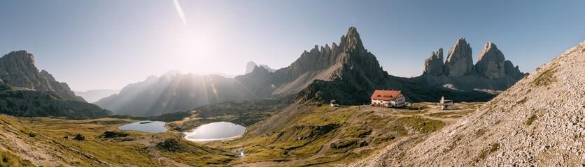 Bödenseen, Die Drei Zinnen, Paternkofel und Drei-Zinnen-Hütte bei Sonnenaufgang Fotoväggar