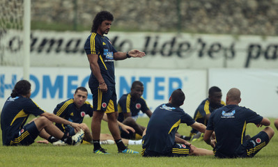 Colombia's coach Leonel Alvarez speaks to his players during a practice session in Barranquilla