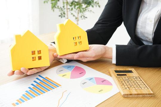 不動産の訪問営業をする若いビジネスウーマン Young business woman sales real estate