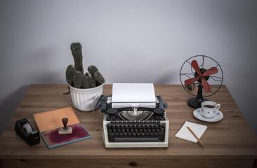 Obraz maszyna do pisania na biurku i kaktus - fototapety do salonu
