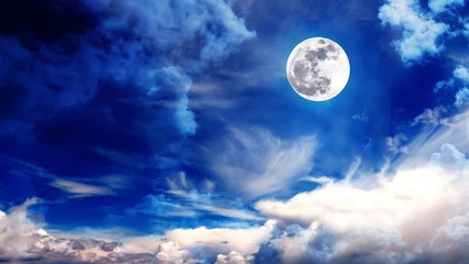 Wunderschöner blauer Himmel mit Wolken und Mond