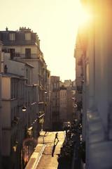 Rue ensoleillée de Montmartre à Paris