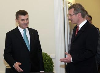 Estonia's Prime Minister Ansip speaks to Germany's President Wulff in Tallinn