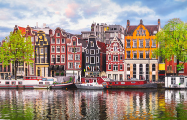 Photo sur Aluminium Lavende Amsterdam Netherlands dancing houses over river Amstel landmark