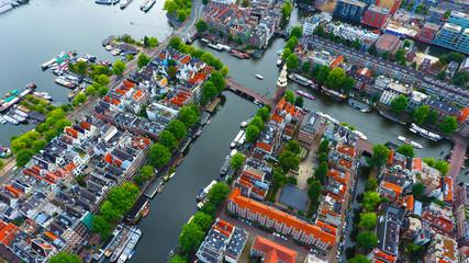 Vue aérienne de la tour Montelbaanstoren et des canaux du centre ville d'Amsterdam, Hollande