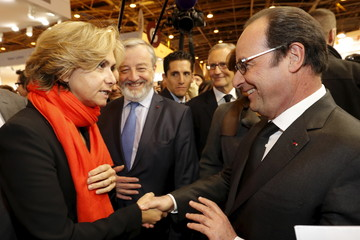 French President Francois Hollande shakes hands with Ile-de-France regional president Valerie Pecresse as he visits the international Book Fair in Paris