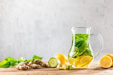 Detox Getränk aus Ingwer, Zitrone, Gurke, Minze, Melisse - Infused Water - Schlankwasser - Superdrink - Superfood - Powerdrink