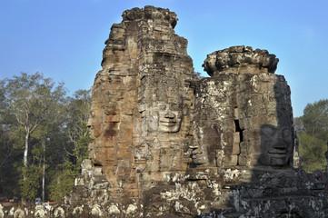 Каменные лица древнего храма в Камбодже.