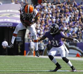 Cleveland Browns wide receiver Travis Benjamin hauls in a first down pass against Baltimore Ravens cornerback Lardarius Webb in Baltimore