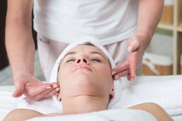 Fototapeta gesichtsbehandlung bei der kosmetikerin