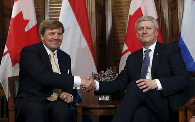 Harper shakes hands with Willem-Alexander in Ottawa