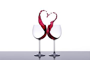 Zwei Weingläser und ein Herz aus Wein