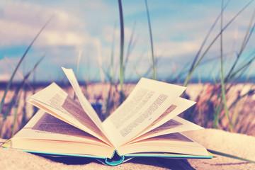 Lesen im Urlaub am Strand