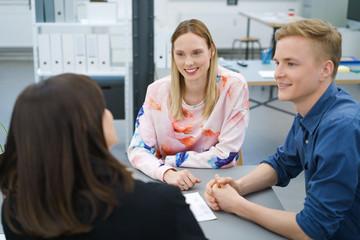 junges team arbeitet im büro