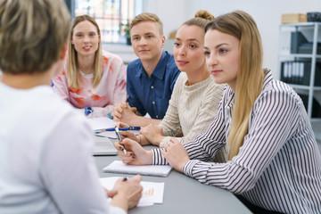 junges team hört zu in einer besprechung
