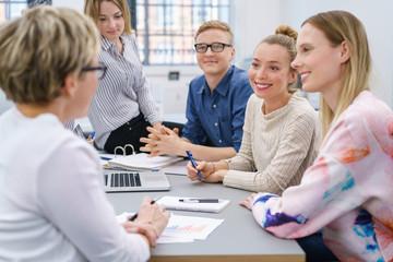 junges team in einer besprechung am schreibtisch im büro